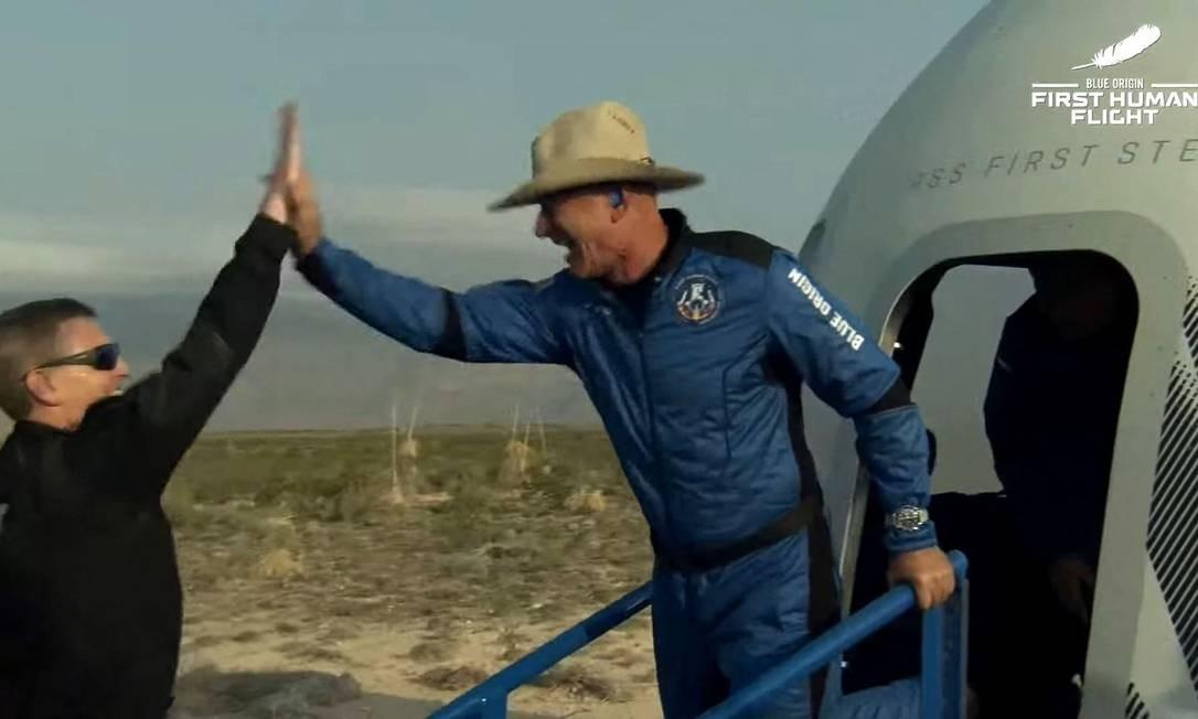 Jeff Bezos voltando do espaço
