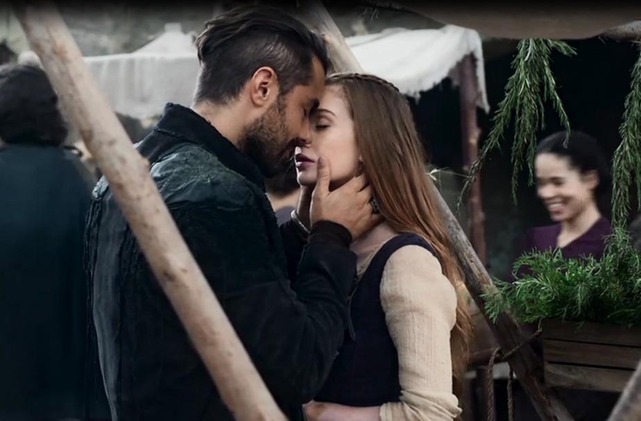Afonso flagra Virgílio e Amália aos beijos