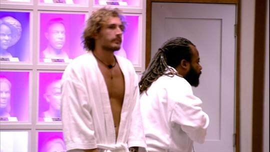 Rodrigo e Alan se divertem juntos na sala enquanto aguardam Transformação Embelleze