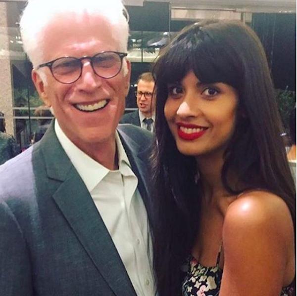 A atriz britânica Jameela Jamil com o ator Ted Danson (Foto: Instagram)