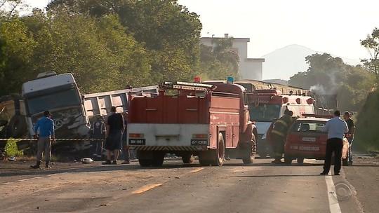 Acidente com morte na ERS-130 causa incêndio e deixa a pista bloqueada em Arroio do Meio