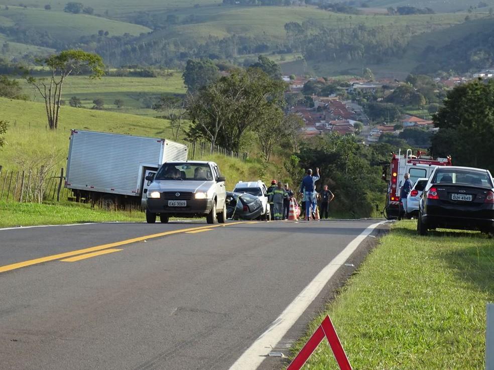 Acidente entre carro e caminhão deixou dois mortos em Riversul (SP) — Foto: ItapoNews/Divulgação