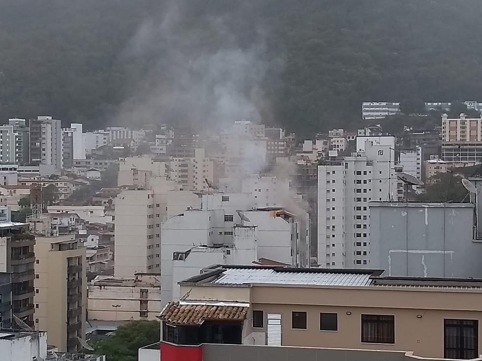 Apartamento pega fogo na Rua Barão de Cataguases em Juiz de Fora — Foto: Fellype Alberto/g1