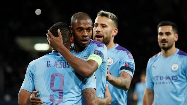 Fernandinho abraça Gabriel Jesus na comemoração do gol do camisa 9