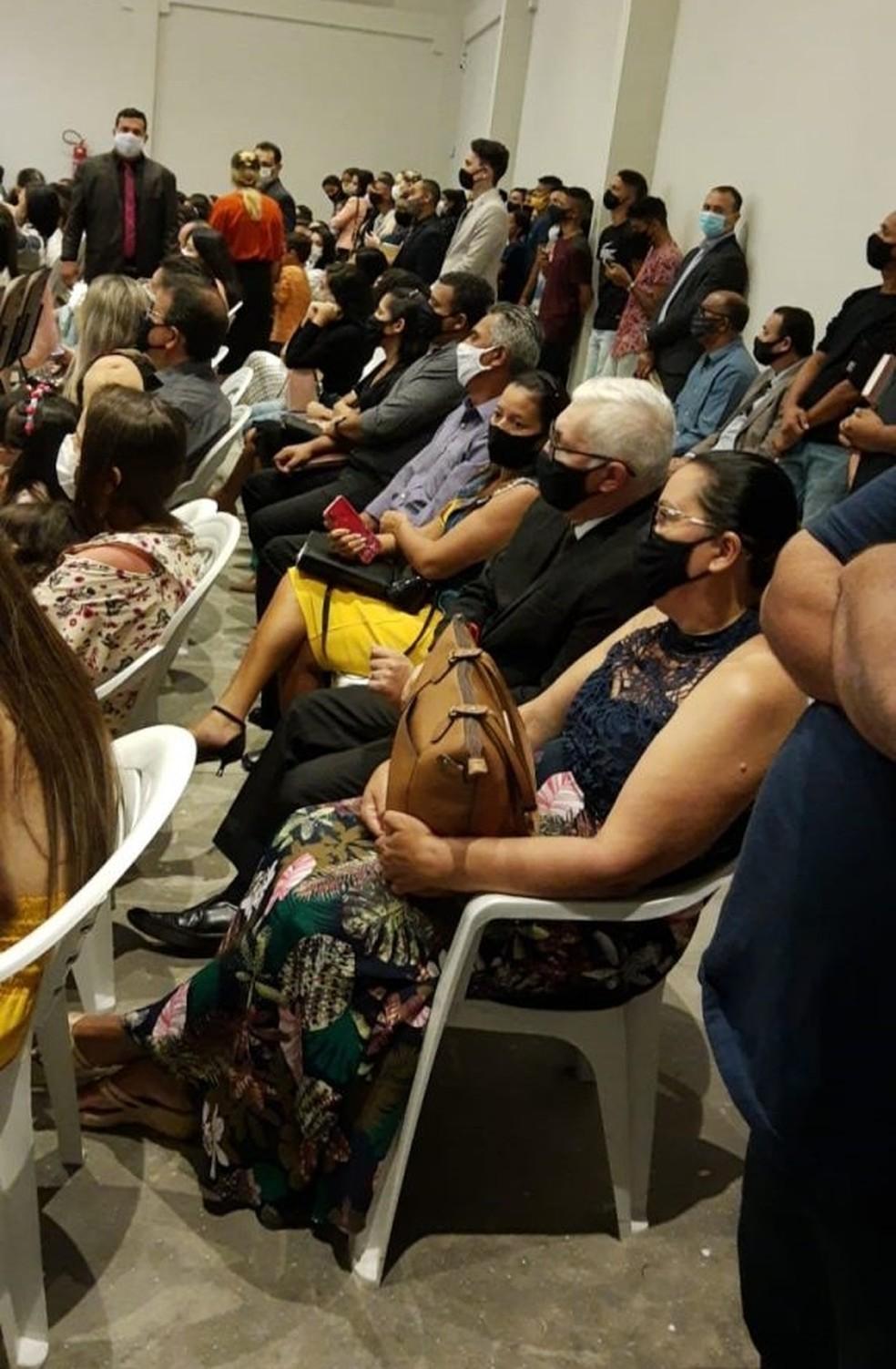 Mesmo com cadeiras acrescentadas às existentes na igreja, algumas pessoas ficaram em pé durante culto. — Foto: Reprodução/Instagram
