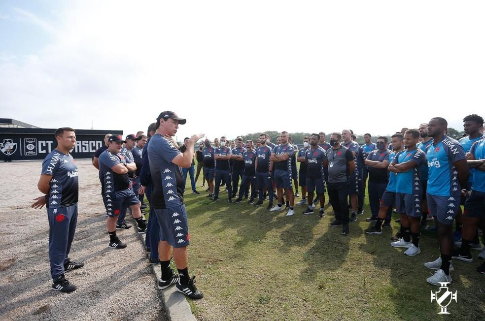 Fernando Diniz conversa com o grupo de jogadores do Vasco — Foto: Rafael Ribeiro/Vasco