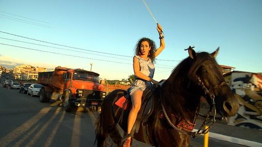 Maria Menezes passeia de cavalo no bairro de Pirajá