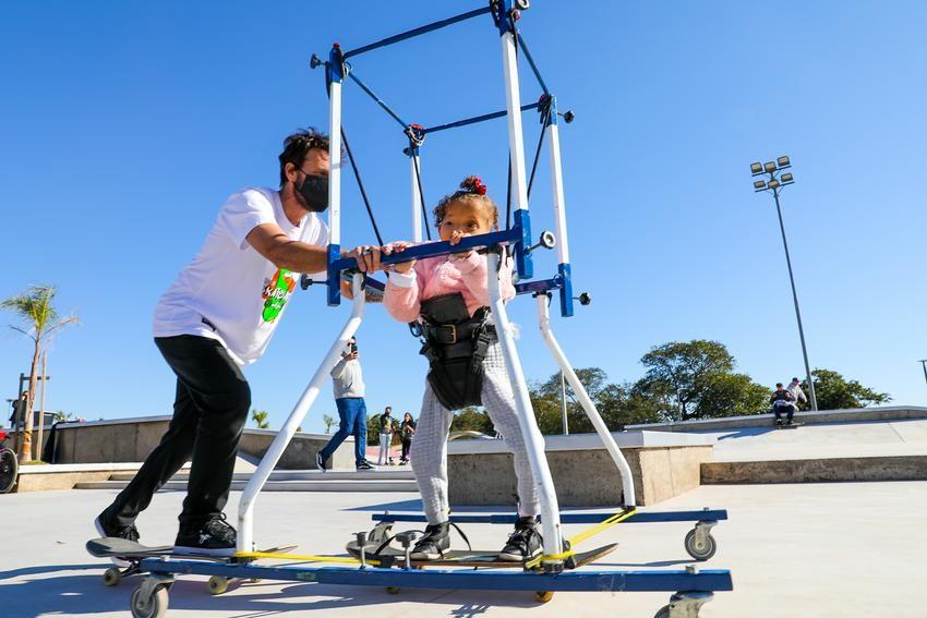 Crianças e adolescentes com deficiência participam de testes de pista de skate da Orla de Porto Alegre