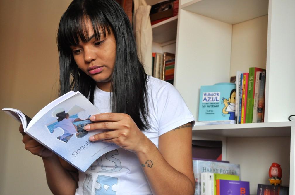 Gabriela Bandeira deu início ao projeto Singularidades com a publicação de um livro — Foto: Camilla Resende/G1