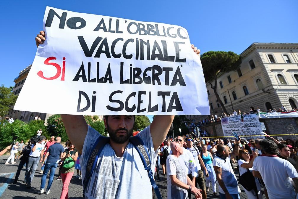 Manifestantes antimáscaras protestam também contra a obrigação da vacinação, em Roma — Foto: Vincenzo Pinto/AFP