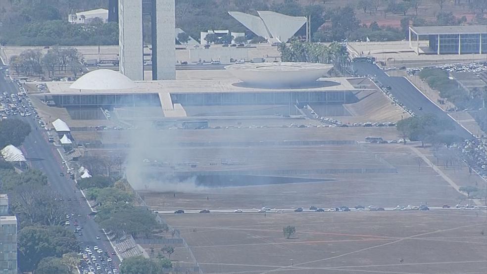 Área em frente ao Congresso pegando fogo nesta quinta-feira (31) (Foto: TV Globo/Reprodução)