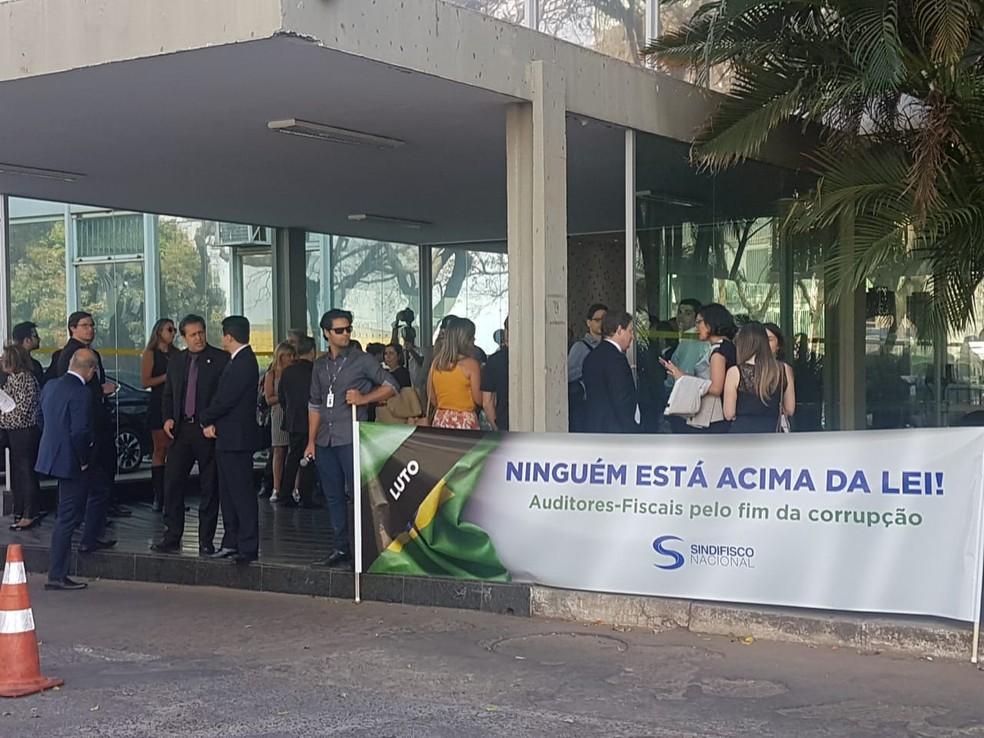 Auditores da Receita Federal fizeram manifestação em frente ao Ministério da Economia — Foto: Alexandro Martello/G1