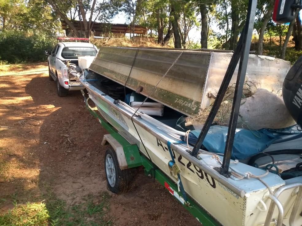 Além de ser investigado pela tentativa de homicídio, suspeito foi multado em R$ 3 mil e teve barco com motor e 1 mil metros de redes apreendidos — Foto: Polícia Ambiental/Divulgação