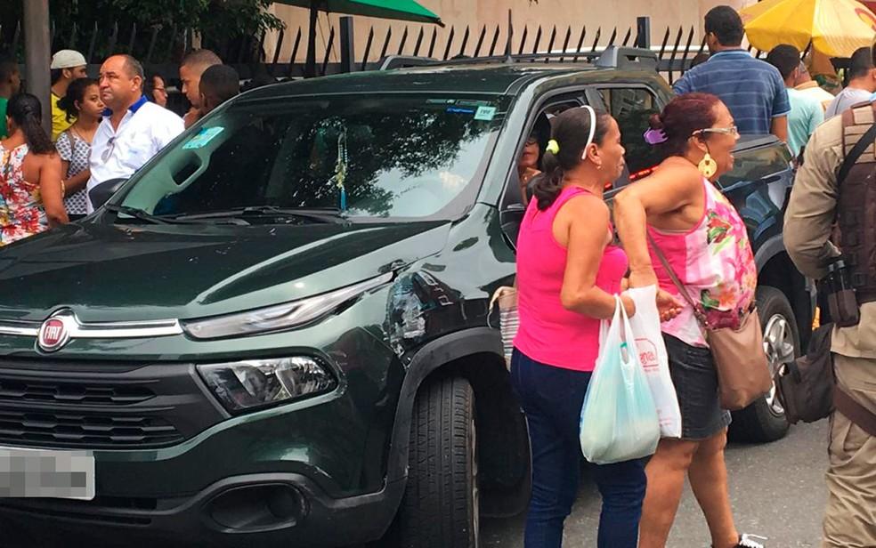 Duas mulheres foram atropeladas após colisão entre carro e ônibus — Foto: Maiana Belo/G1