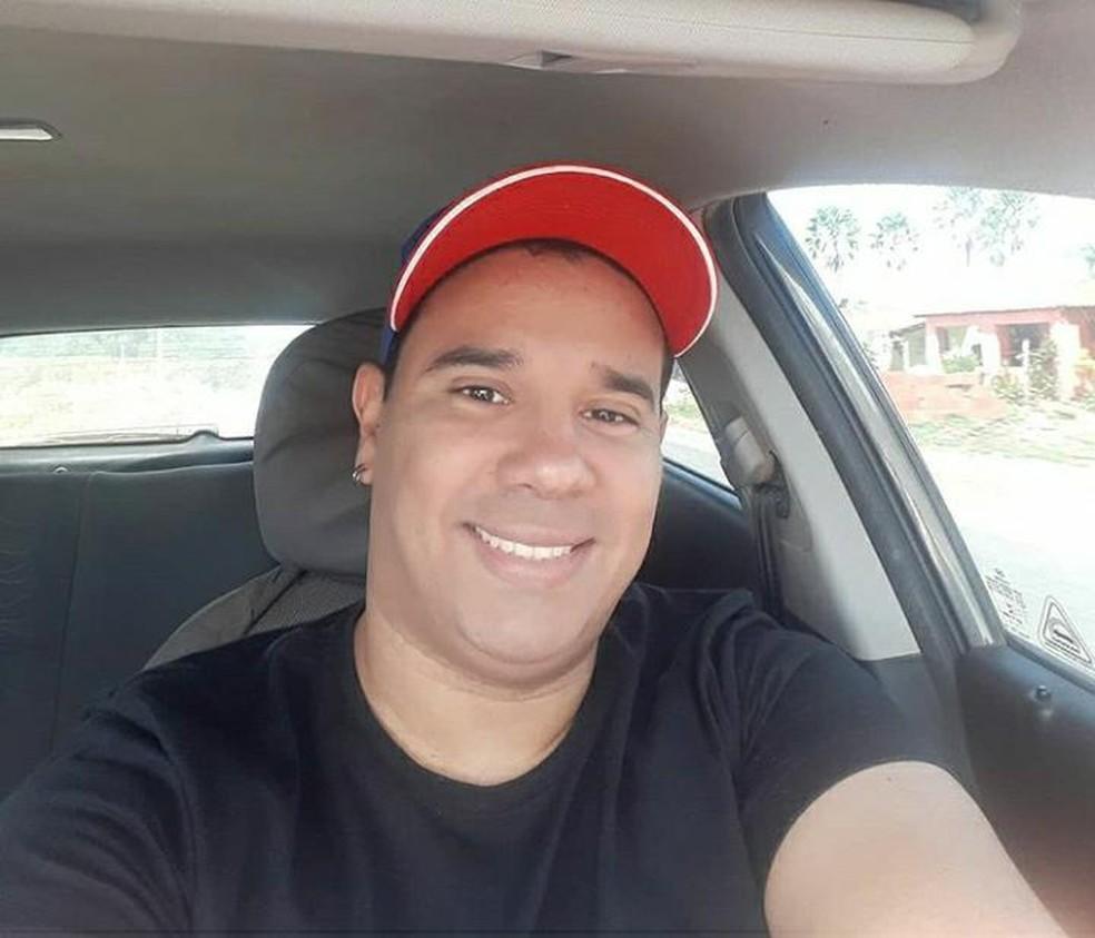 Eliedson Vinícius Marcelino de Menezes tinha 39 anos e foi encontrado morto dentro do apartamento em que morava, em Natal — Foto: Arquivo da família