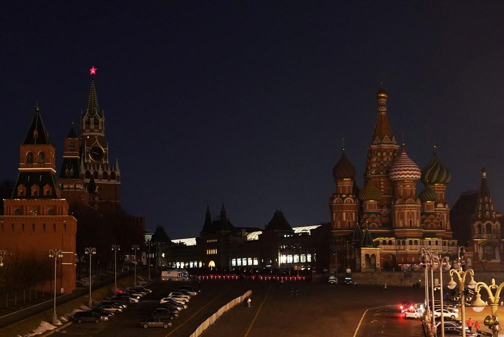 Monumentos do centro de Moscou, capital da Rússia, com luzes apagadas para a Hora do Planeta 2021 neste sábado (27) — Foto: Tatyana Makeyeva/Reuters