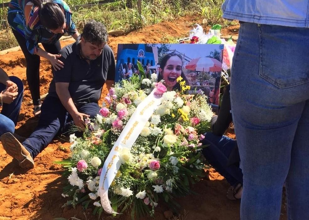 Pai de Camila emocionado ao lado do túmulo da filha.  — Foto: WhatsApp/Reprodução