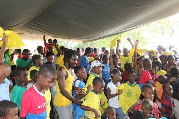 Haitianos assistem jogo do Brasil na Copa do Mundo com TVs instaladas por batalhão brasileiro (Foto: Batalhão de Infantaria de Força de Paz (BRABAT)/Divulgação)