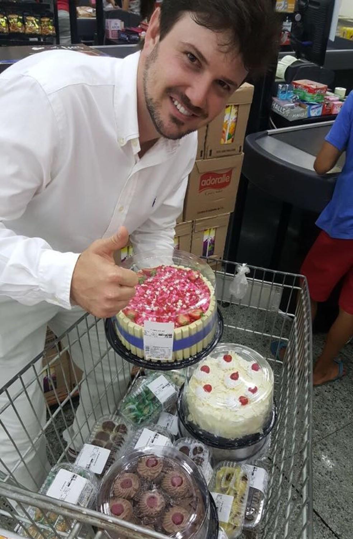 Convidados ajudaram a comprar comida, doces e bebidas (Foto: Arquivo pessoal)