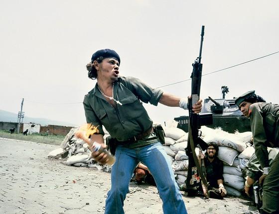 O homem com o coquetel molotov, de julho de1979; retrato de um revolucionário sandinista às portas do quartel- general da Guarda Nacional do então ditador da Nicarágua, Anastasio Somoza Debayle (Foto: © Susan Meiselas/Magnum Photos)