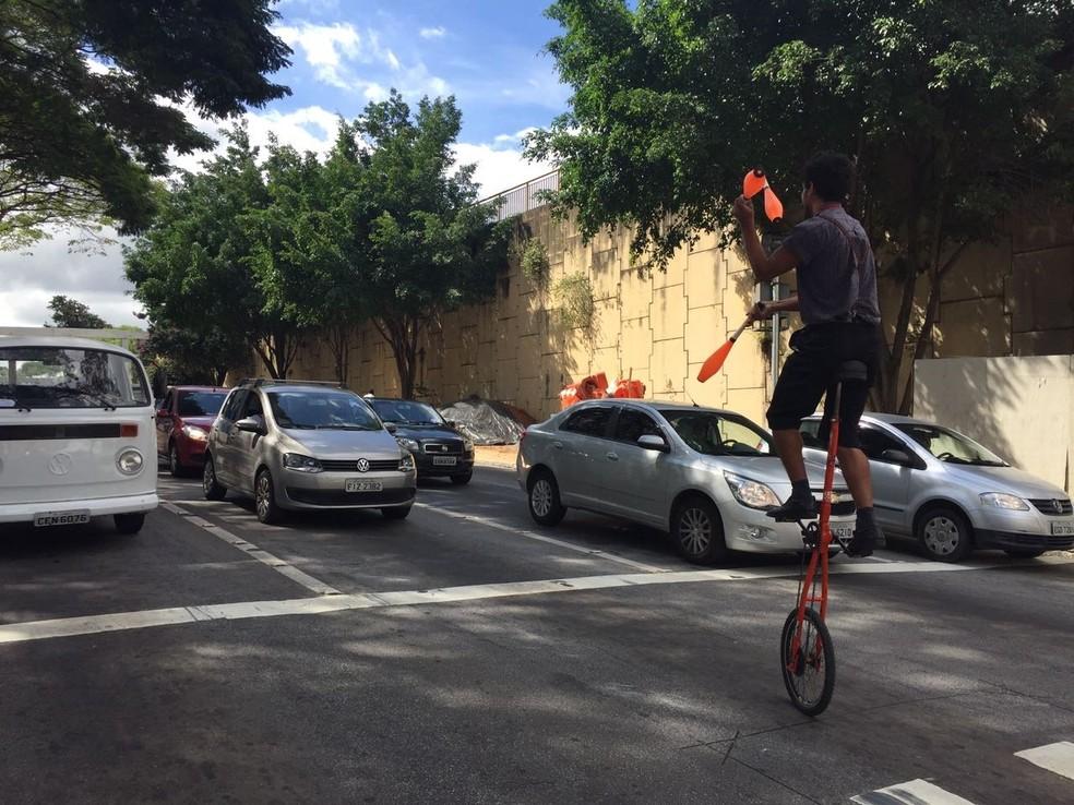 Artistas de rua argumentam que proibição pode gerar problema social (Foto: Poliana Casemiro/G1)