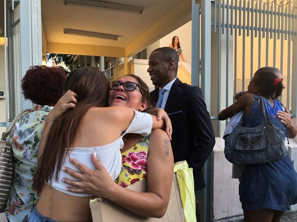 Parentes comemoraram notícia de que 137 presos ganhariam liberdade (Foto: Matheus Rodrigues/G1)