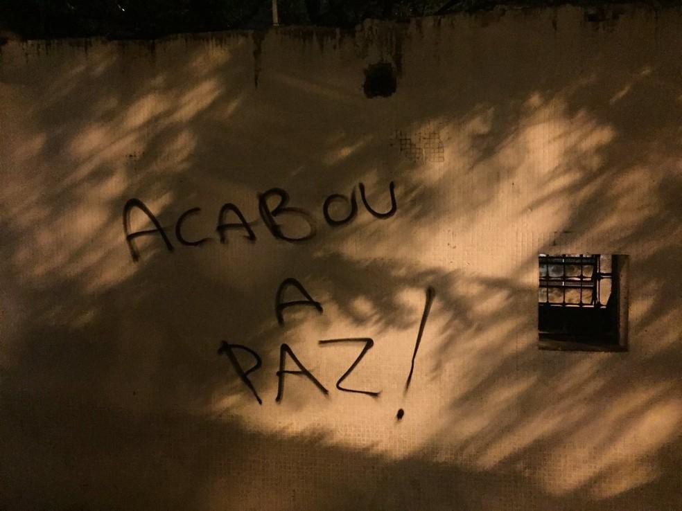 Muro do Parque São Jorge é pichado na noite deste domingo (Foto: Marcelo Braga)