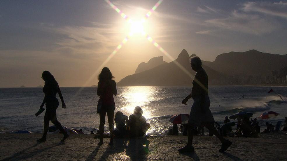 Banhistas aproveitam praia no verão brasileiro, em imagem de arquivo (Foto: Reprodução/GloboNews)
