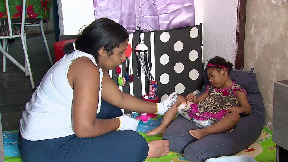 Mãe de Graziela criou em casa espaço para estimular a filha com micocefalia e auxiliar no desenvolvimento (Foto: Reprodução/TV Globo)
