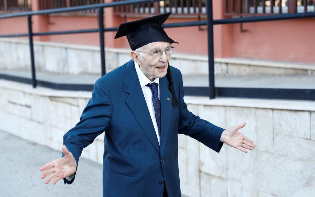 Giuseppe Paterno comemora sua formatura na Universidade de Palermo, na Itália, em 29 de julho — Foto: Reuters/Guglielmo Mangiapane