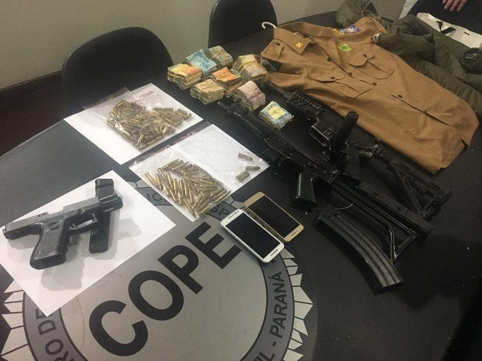 A polícia encontrou armas, munições e uma farda da PM dentro do apartamento, em Curitiba — Foto: Divulgação/PCPR