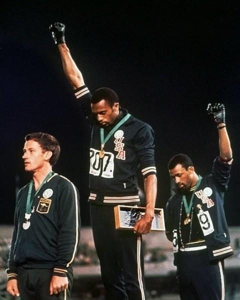 Tommie Smith e John Carlos fazem a saudação dos Panteras Negras durante uma cerimônia de pódio na Olimpíada de 1968 (Foto: Reprodução/Instagram @realismyname)