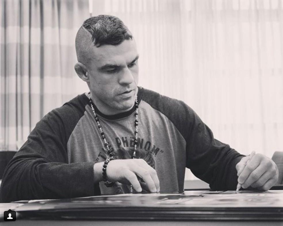 Vitor Belfort autografa pôsteres do evento do UFC em St. Louis (Foto: Reprodução/Instagram)