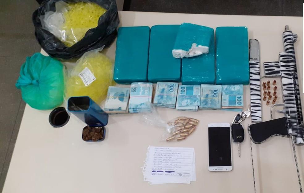 Submetralhadora e R$ 31 mil em espécie foram apreendidos após prisão de suspeito de tráfico de drogas — Foto: SSP-BA/ Divulgação