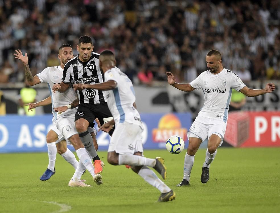 Volantes Rômulo e Thaciano cercam Diego Souza, com Leonardo (de costas) por perto — Foto: André Durão