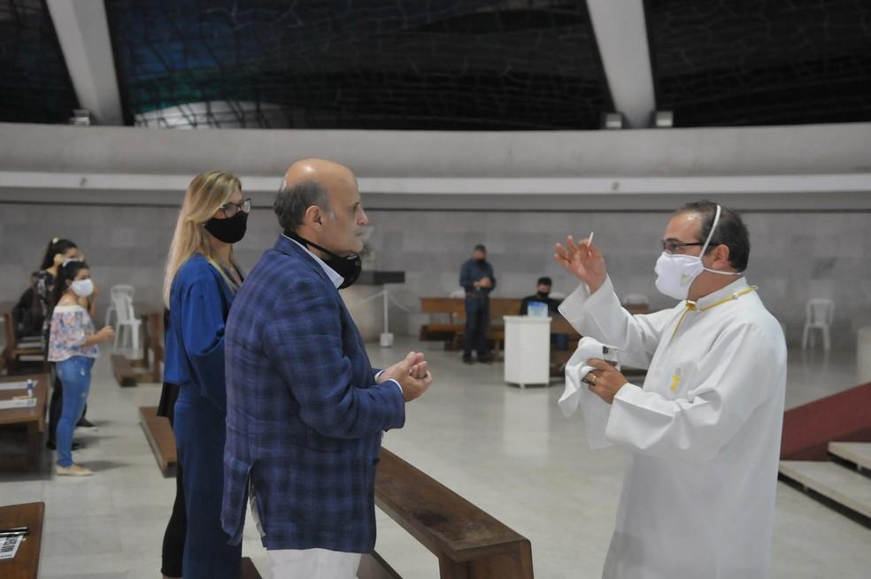 Paco Britto, vice governador do Distrito Federal, participa de missa de Corpus Christi na Catedral Metropolitana de Brasília — Foto: Vinícius de Melo / Agência Brasília