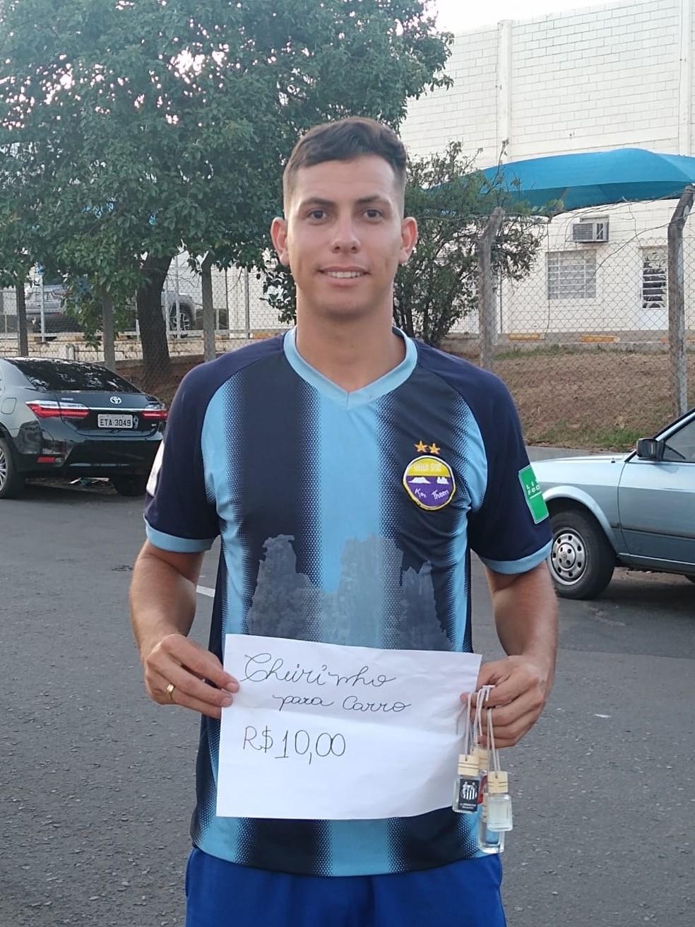 Marcos Paulo vende cheirinhos para carros em Marília para pagar as contas — Foto: Arquivo Pessoal