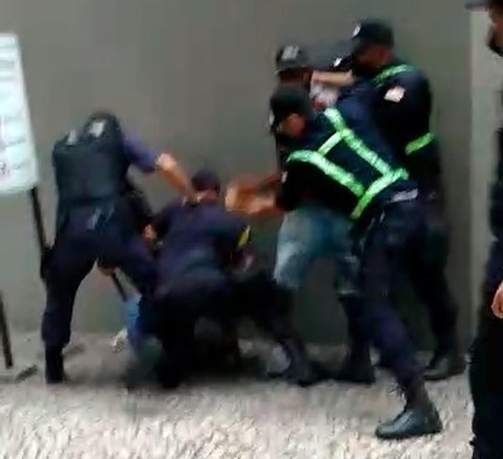 Guarda Municipal de Volta Redonda apura abordagem que terminou em confusão entre agentes e dois homens — Foto: Redes sociais