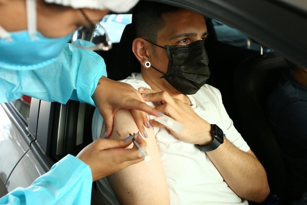 Aplicação de vacina contra Covid-19 no braço em 'drive-thru' de Florianópolis — Foto: Leonardo Sousa/PMF/Divulgação