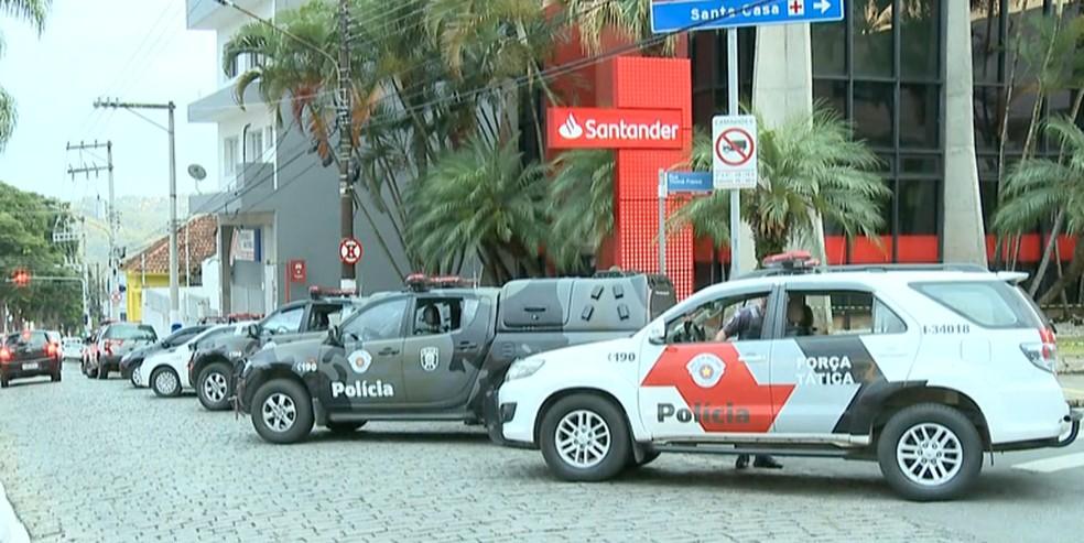 Região central de Atibaia foi isolada após troca de tiros  — Foto: TV Vanguarda/ Reprodução