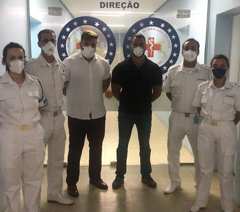 Endocrinologista Flávio Cadegiani e infectologista Ricardo Zimerman (ao centro) posam ao lado de médicos no mês de março dentro de Hospital da Brigada Militar de Porto Alegre, onde foram conduzidos os ensaios clínicos