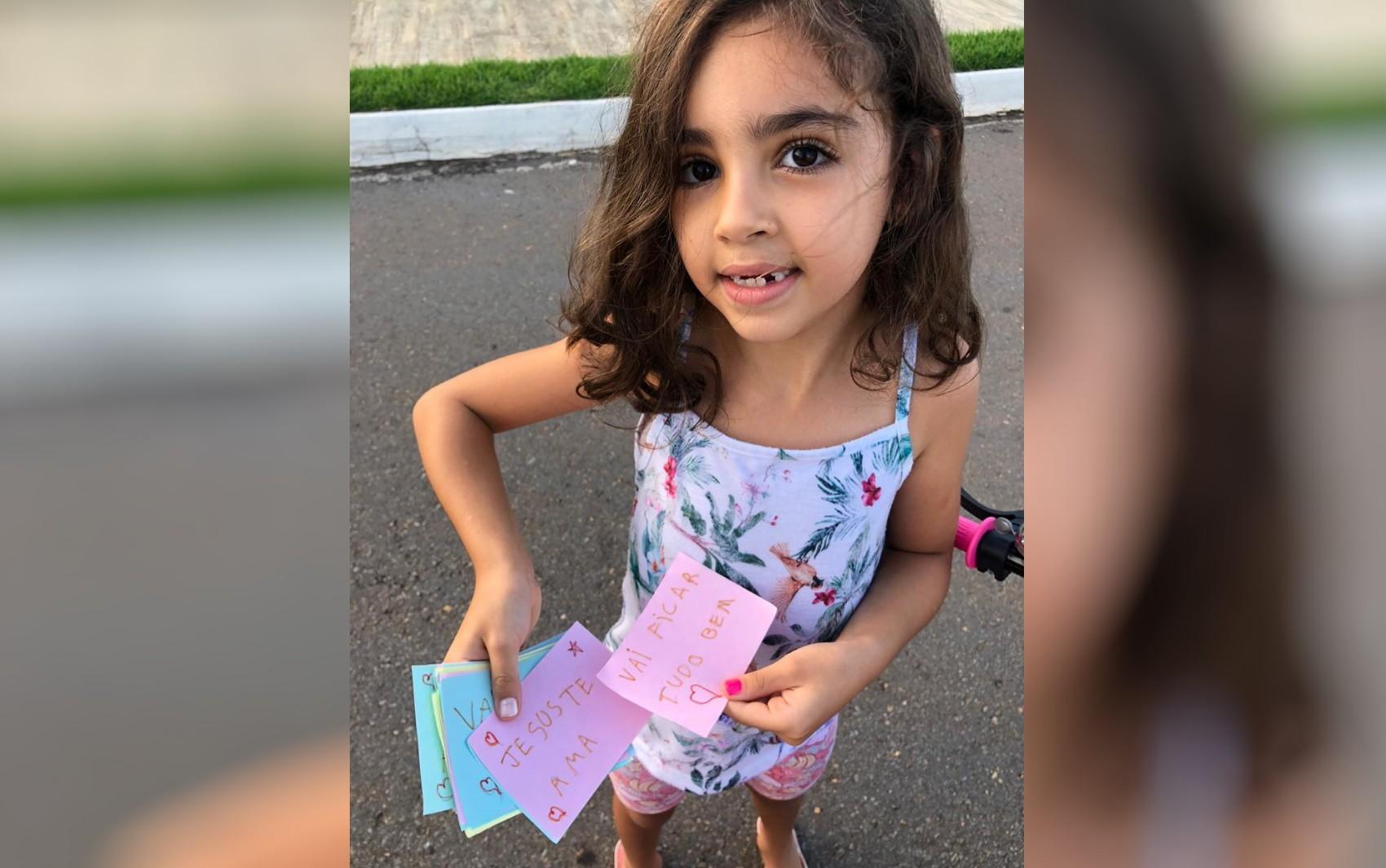 Menina de 7 anos escreve cartinhas motivadoras e coloca nas caixas de correio dos vizinhos, em Goiânia