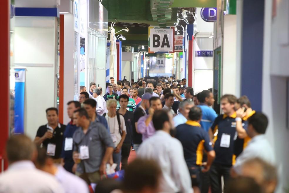 Visitantes na Fenasucro, uma das maiores feiras do setor sucroenergético do mundo, que acontece em agosto em Sertãozinho, SP (Foto: Rafael Cautella/Divulgação Fenasucro)