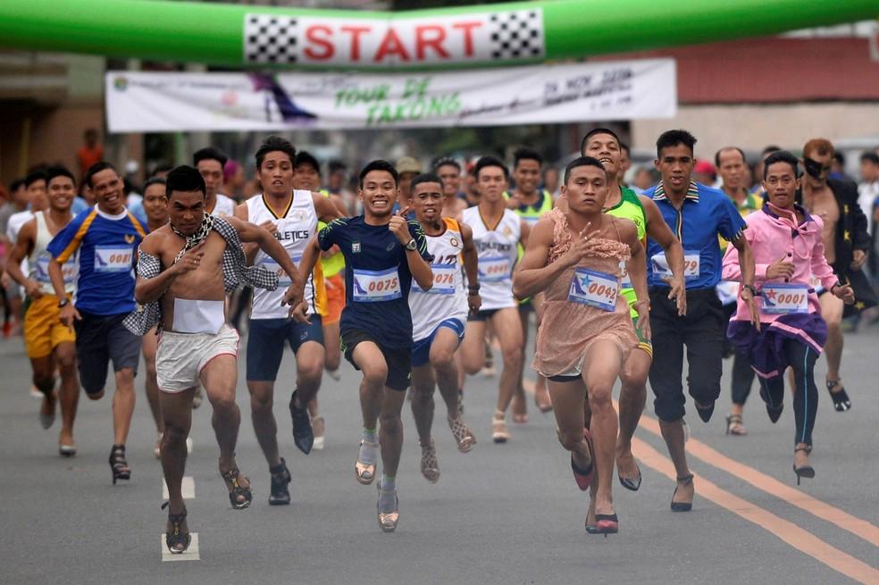 ezenas de pessoas participaram de uma corrida usando sapatos de salto alto em Marikina (Foto: Ezra Acayan/Reuters)