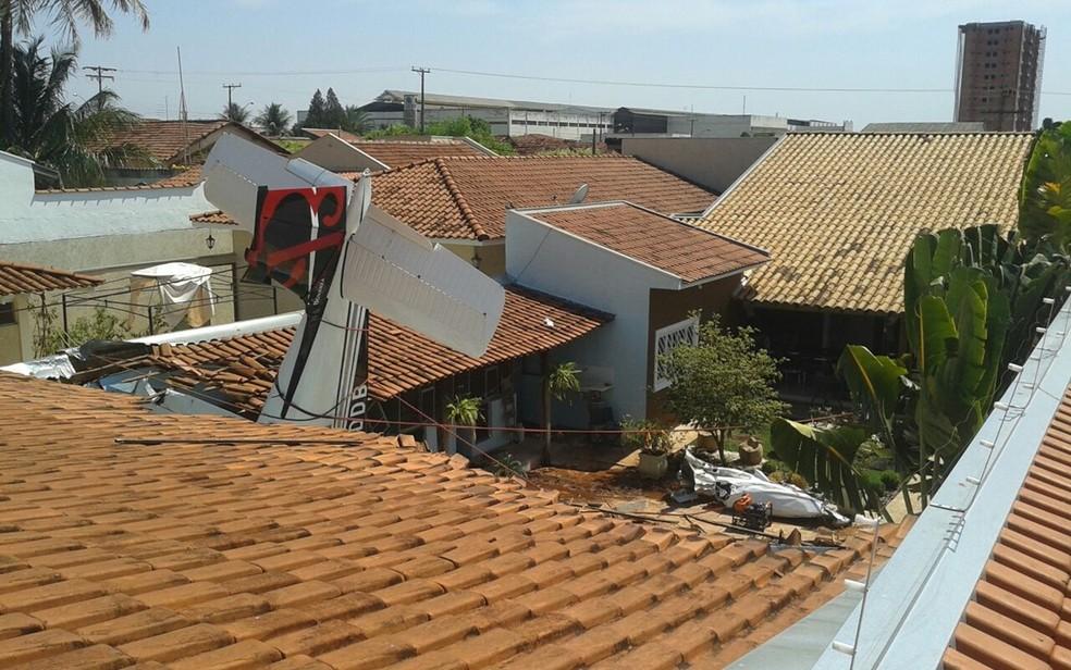 Avião caiu no quintal de uma casa em Rio Preto (Foto: Arquivo Pessoal)