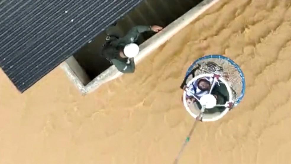 Resgate de helicóptero em Pacotuba, Cachoeiro de Itapemirim, Sul do ES  — Foto: Divulgação/ Notaer