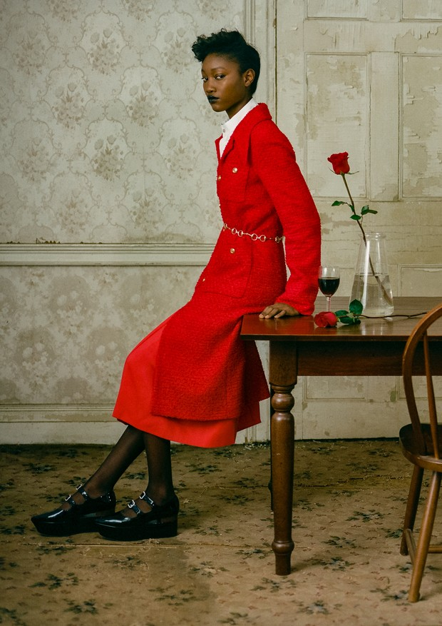 Casaco, camisa, saia, cinto e sapato, tudo Gucci. Meias, Wolfford (Foto: Zee Nunes)