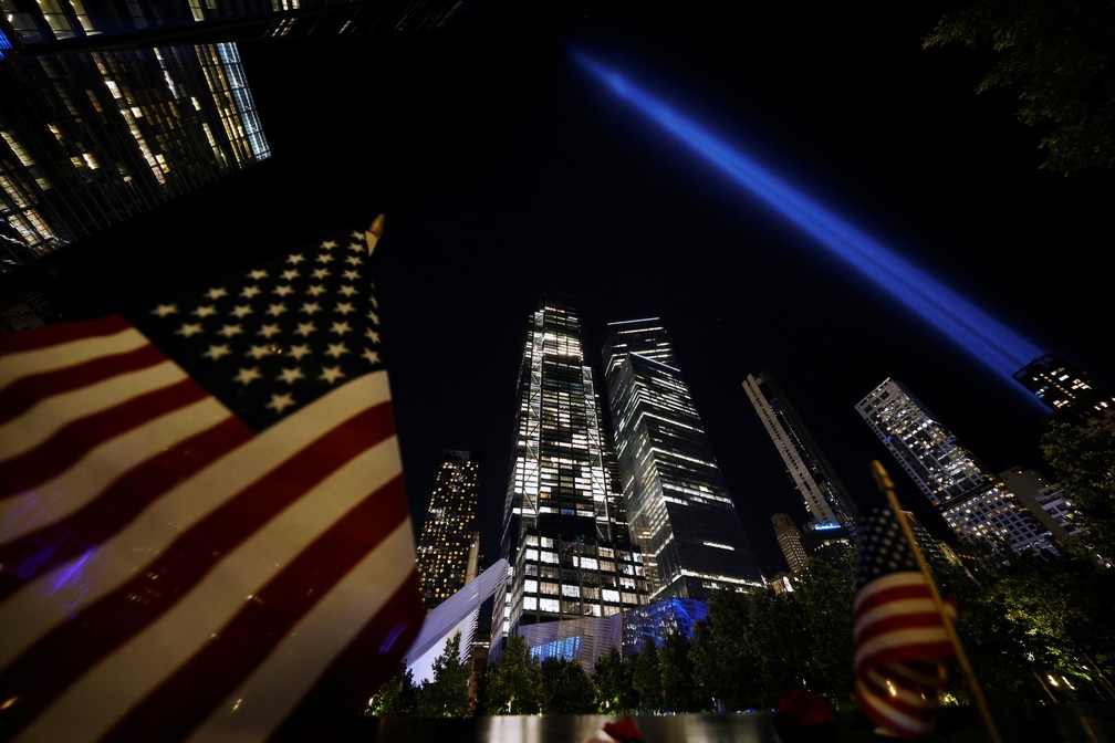Feixes de luz foram acesos na noite de sábado no local onde ficavam as Torres Gêmeas — Foto: Reuters/Carlos Barria
