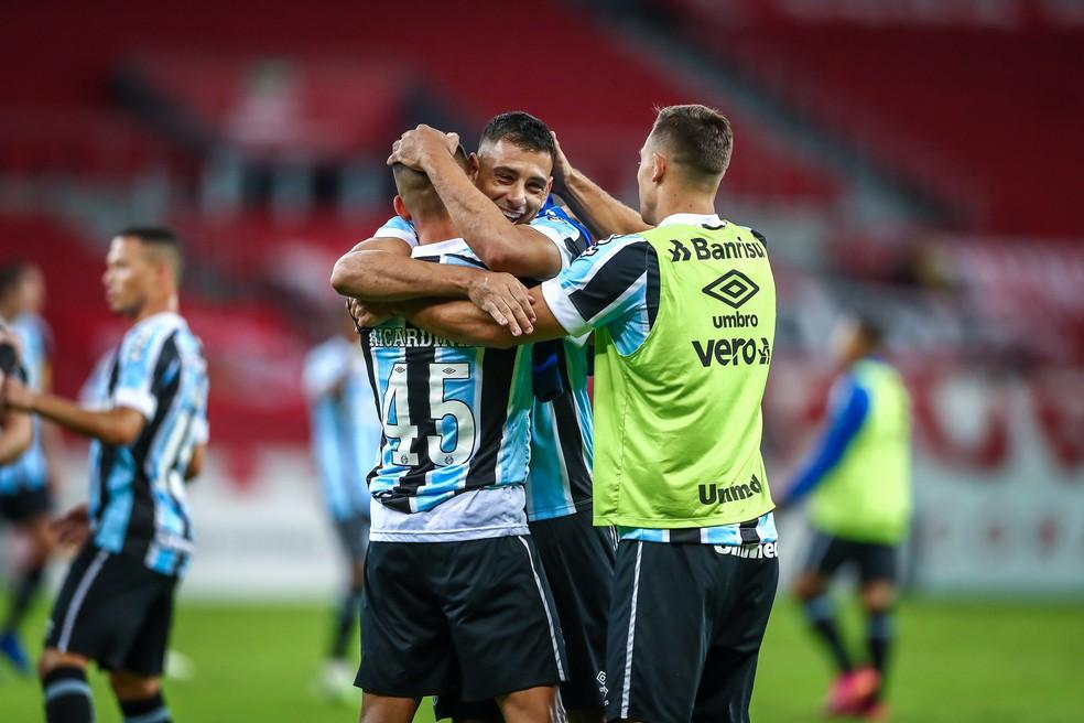 Centroavantes Diego Souza e Ricardinho se abraçam após gols decidirem Gre-Nal — Foto: Lucas Uebel / Grêmio FBPA