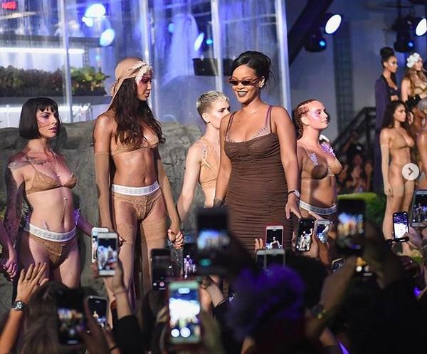 A cantora Rihanna no desfile de sua marca pessoal de roupas (Foto: Instagram)